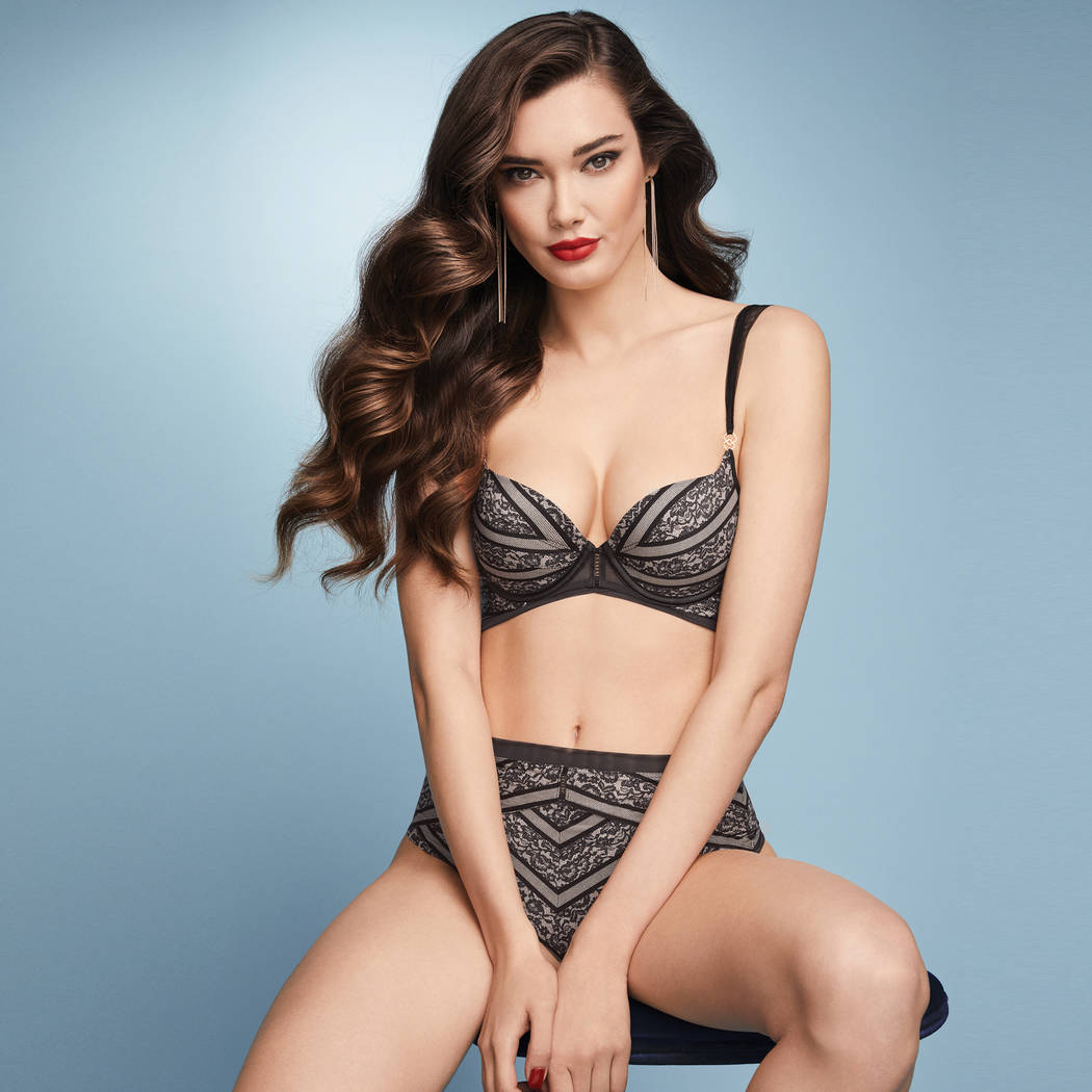 TRIUMPH String taille haute Liv's smooth essence Noir